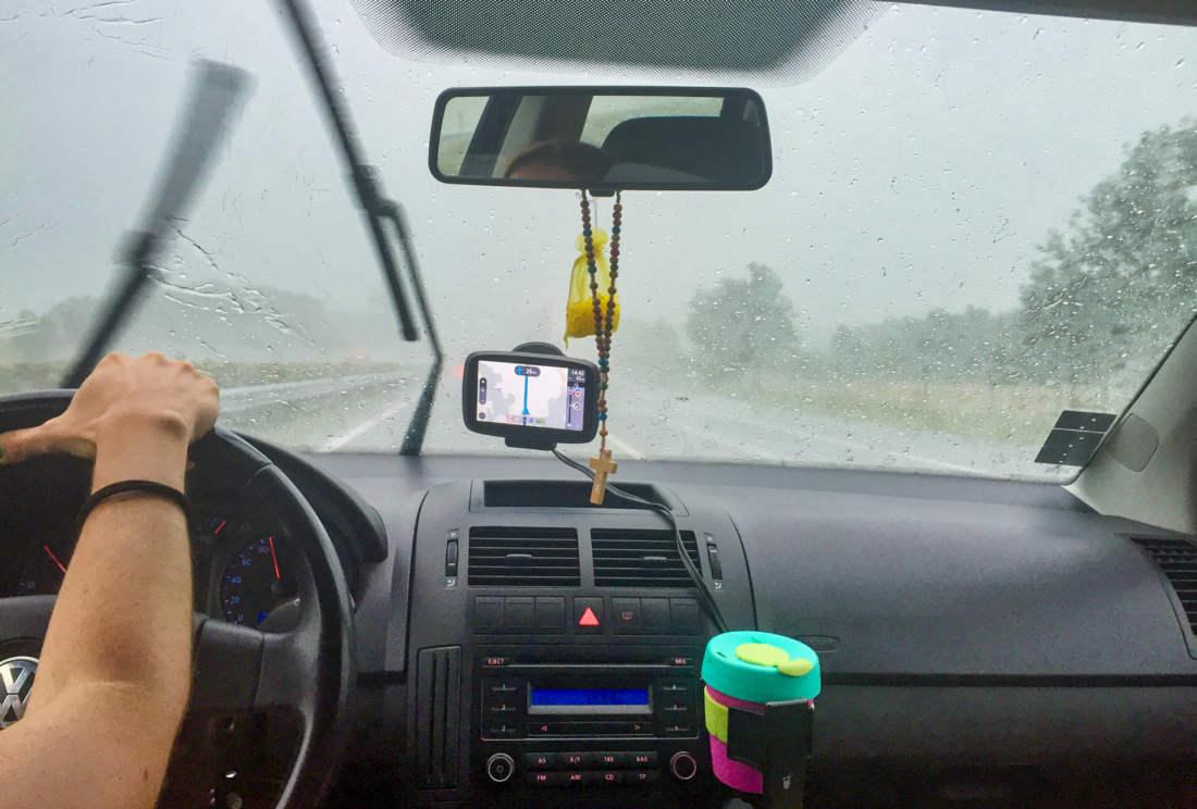Jazda v aute po diaľnici